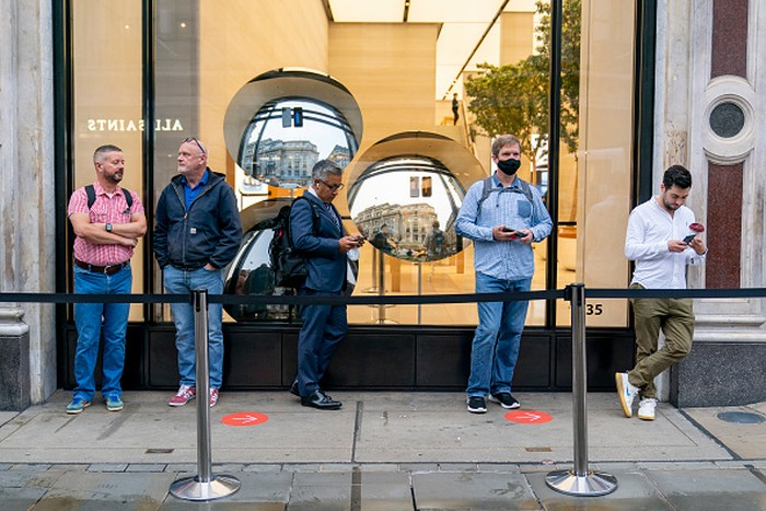 LONDON, ENGLAND - SEPTEMBER 24: LONDON, ENGLAND - SEPTEMBER 24: Apple launches the iPhone 13 in the UK at its Regent Street store on September 24, 2021 in London, England. (Photo by Ming Yeung/Getty Images)