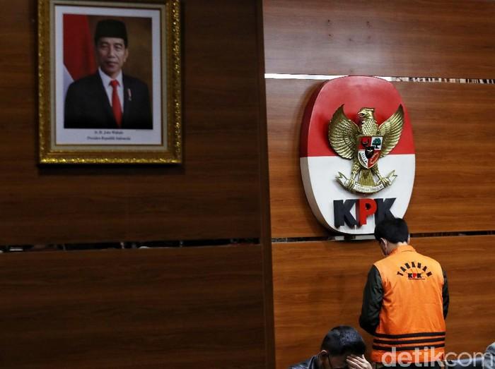 Wakil Ketua DPR Fraksi Golkar Azis Syamsuddin mengenakan baju tahanan berjalan menuju mobil tahana  di Gedung KPK,Kuningan,  Jakarta Selatan, Sabtu dinihari (25/9). Azis resmi ditahan KPK sebagai tersangka terkait kasus dugaan pengurusan Dana Alokasi Khusus (DAK) Kabupaten Lampung Tengah tahun 2017.