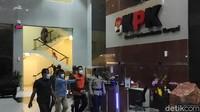Pakai Rompi Oranye-Diborgol, Azis Syamsuddin Ditahan KPK!