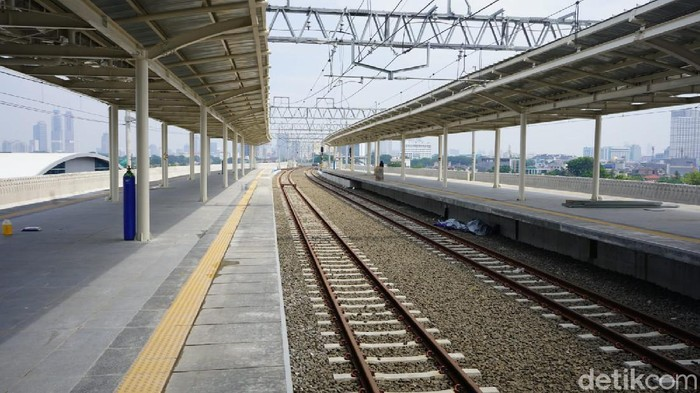 KAI Commuter akan melakukan penyesuaian layanan naik turun pengguna KRL di Stasiun Manggarai mulai hari ini, Sabtu (25/9).