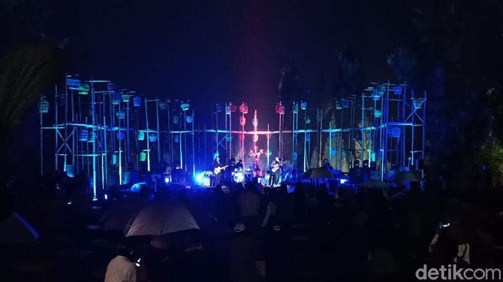 Jazz Gunung Buai Jemaah Al Jazziah di Tengah Dinginnya Rintik Gerimis Bromo