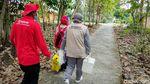 Kerja Keras Vaksinasi Door to Door Susur Sawah-Hutan di Kulon Progo