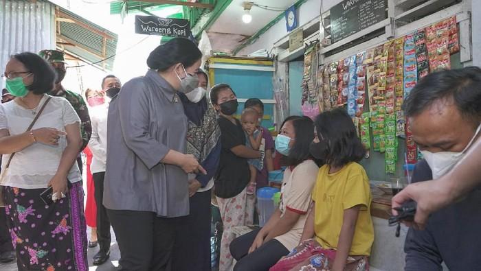 Ketua DPR Puan Maharani menyapa warga Tambora, Jakbar di sela peninjauan vaksinasi COVID-19.