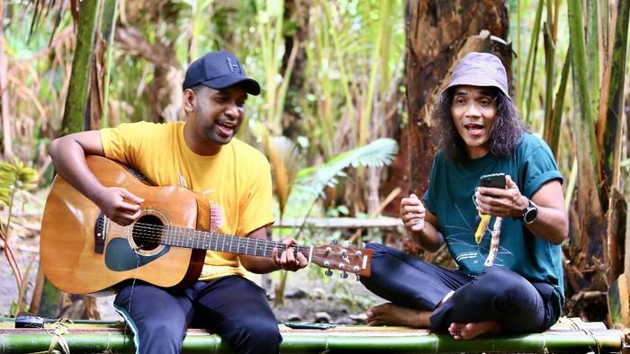 Kaka Slank (kanan) berkolaborasi bersama PapuAcustic menyanyikan lagu Hanya Ko di Hati di hutan sagu Kampung Toare, Kecamatan Sentani, Kabupaten Jayapura, Papua, Jumat (24/9/2021). Kampanye yang dilakukan Yayasan EcoNusa tersebut untuk menyuarakan perlindungan hutan di Papua yang menjadi habitat cenderawasih. ANTARA FOTO/Virna P Setyorini/aww.