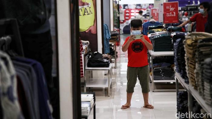 Aturan masuk mal selama masa PPKM level 3 Jawa-Bali kembali melakukan penyesuaian untuk anak di bawah 12 tahun. Salah satunya di Mall Artha Gading, Jakarta.