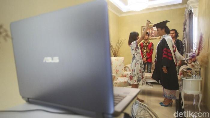 Mengurasi resiko penularan COVID-19 hingga kerumunan, mahasiswa dan mahasiswi Universitas Sahid mengikuti wisuda online dari rumah, begini potretnya.