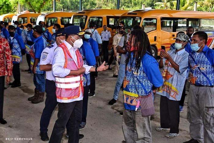 Menhub Cek Bus di Papua