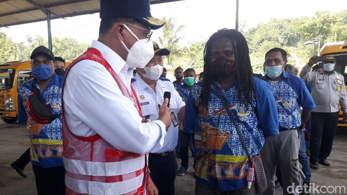 Menteri Perhubungan (Menhub) Budi Karya Sumadi menjajal bus untuk angkutan PON XX Papua. (Wilpret/detikcom)