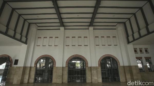 Stasiun Jatinegara telah ditetapkan sebagai bangunan cagar budaya yang terdaftar di Kementerian Kebudayaan dan Pariwisata dengan nomor registrasi RNCB.19990112.02.000503 berdasarkan Peraturan Menteri Kebudayaan dan Pariwisata Nomor: PM.13/PW.007/MKP/05 dan Keputusan Menteri Pendidikan dan Kebudayaan No. 011/M/1999.