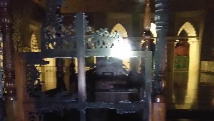 Mimbar Masjid Raya Makassar dibakar orang tak dikenal. (dok. Istimewa)