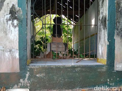 Sebuah makam kuno di Desa Glagahwangi, Kecamatan Polanharjo, Klaten, dikenal warga sebagai milik Mbah Kutut. Namun, sosoknya dan kisahnya masih misteri.