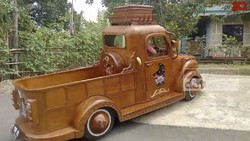Apa Jadinya Jika Mobil Kijang 85-an Berbodi Kayu Jati?