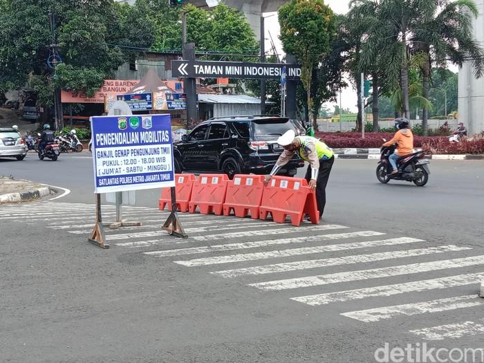 Penjagan ganjil genap di TMII, Jakarta Timur, 25 September 2021. (Annisa Rizky Fadhila/detikcom)