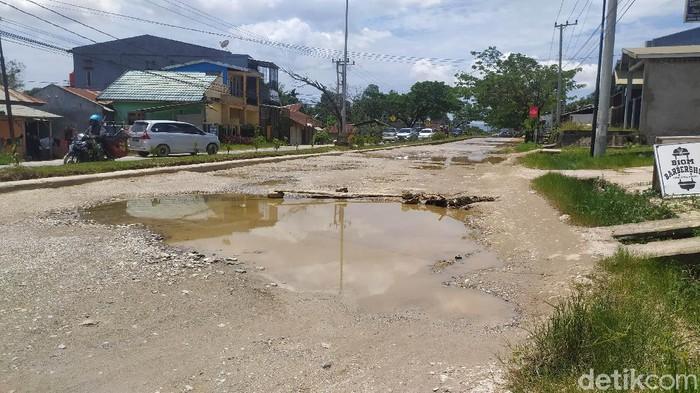 Potret jalan poros rusak parah di Kota Kendari.