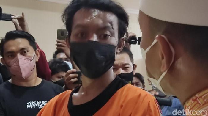 Pria inisial KB (22) yang nekat membakar mimbar Masjid Raya Makassar. (Hermawan/detikcom)