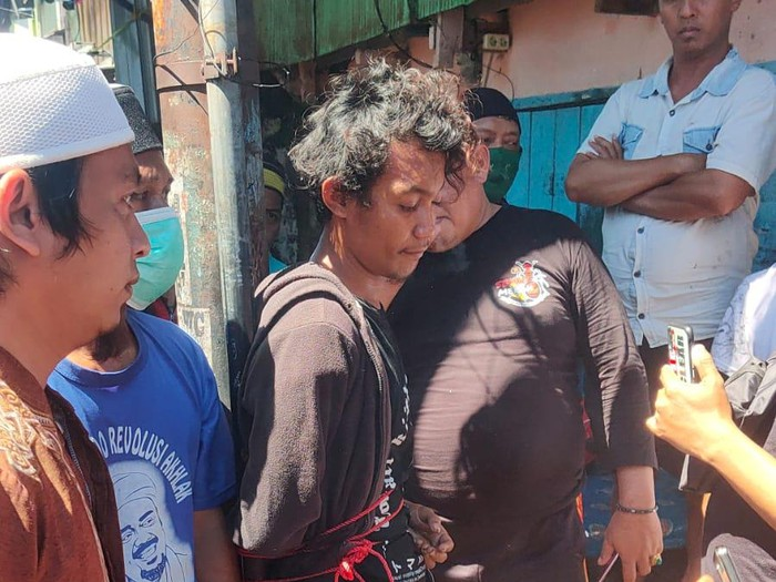 Pria pembakar mimbar Masjid Raya Makassar (tangan terikat) saat diamankan. (dok. Istimewa)