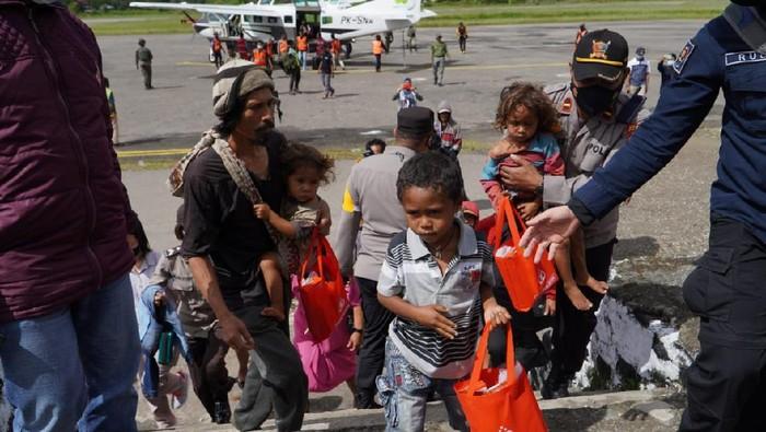 Proses evakuasi warga Kiwirok, Pegunungan Bintang, Papua usai serangkaian teror teroris KKB.