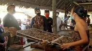 Sandi Berdayakan Perajin Satu Desa di Bali untuk Menenun