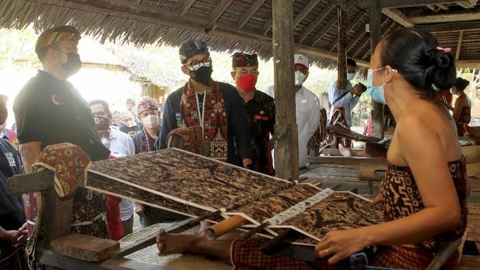Menparekraf Sandiaga Uno memberdayakan para perajin tenun di Desa Tenganan, Bali, untuk souvenir di perhelatan G20.