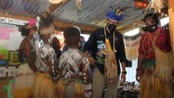 Berkunjung ke Papua, Sandiaga Diapresiasi Anak-anak Kampung Yoboi