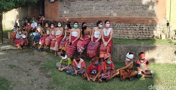 Yang dimaksud desa Bali Aga adalah desa yang dihuni oleh penduduk yang memilki adat istiadat Bali kuno. Jadi corak kehidupan yang diwujudkan dalam bentuk sistem sosial kemasyarakatan (dan) tata upacaranya itu tidak dipengaruhi kebudayaan Bali Majapahit