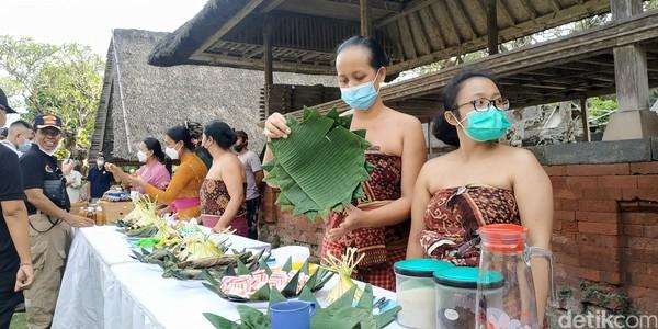 Kemudian daya tarik kedua dari sisi budaya, mereka memiliki atraksi adat istiadat berupa upacara adat yang unik, serta memiliki makna, nilai yang luhur.