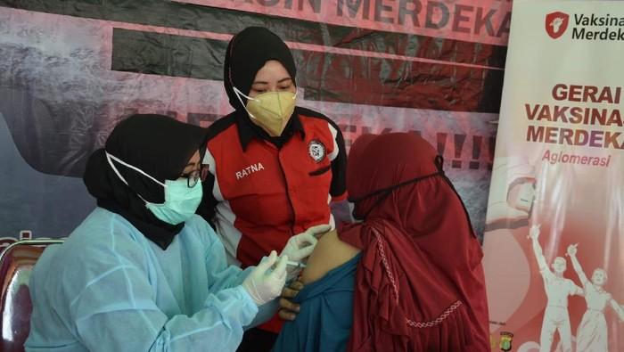 Tingginya minat masyarakat akan vaksinasi di Kota Bekasi menjadi perhatian para aparat kepolisian dan komunitas pemuda pemudi.
