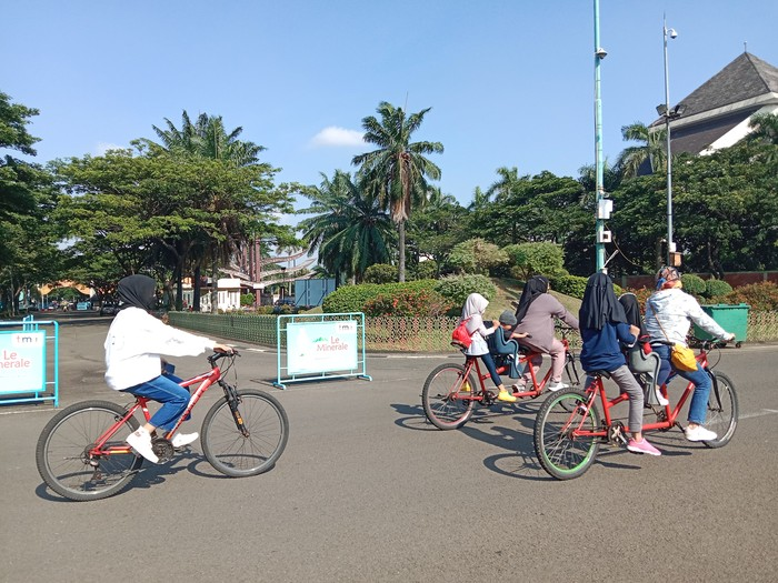 Warga bersepeda di TMII (Annisa-detikcom)
