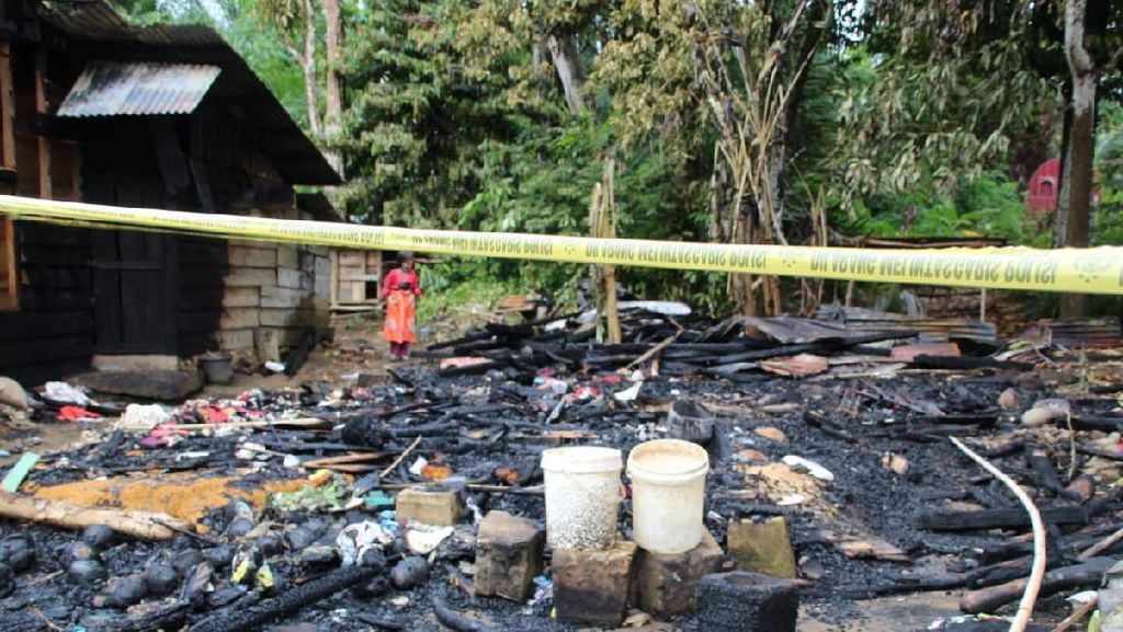 Bupati Tapteng Bangun Kembali 2 Rumah Warga Manduamas yang Terbakar