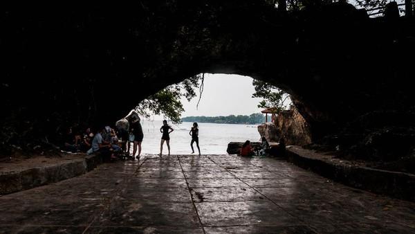 Menurut sejumlah pengelola pantai di daerah tersebut kunjungan wisatawan sejak dua minggu terakhir mengalami peningkatan dengan rata-rata 1.000-1.500 orang saat libur akhir pekan yang sebelumnya sempat menurun drastis karena terdampak pandemi COVID-19. ANTARA FOTO/Muhammad Bagus Khoirunas.