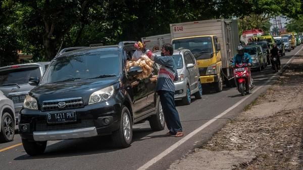 Kemacetan juga terlihat di kawasan Pandeglang, Banten, di kala akhir pekan. ANTARA FOTO/Muhammad Bagus Khoirunas.