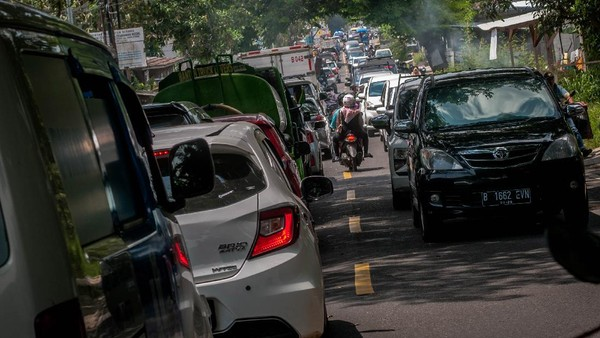 Diketahui, kemacetan tersebut disebabkan oleh banyaknya wisatawan yang memanfaatkan libur akhir pekan menuju sejumlah tempat-tempat wisata di Pandeglang setelah objek wisata kembali dibuka menyesuaikan level PPKM. ANTARA FOTO/Muhammad Bagus Khoirunas.