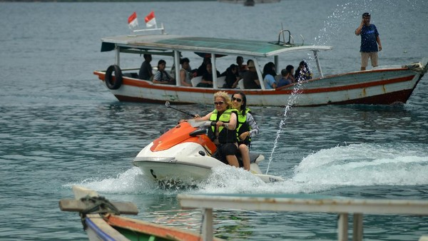 Pulau Soetan, yang berada di kawasan objek wisata Mandeh, Kabupaten Pesisir Selatan, Sumatera Barat, juga kembali bergeliat. Kawasan wisata bahari tersebut mulai ramai dikunjungi wisatawan meskipun masih dalam masa pandemi. ANTARA FOTO/Iggoy el Fitra.