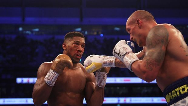 LONDON, ENGLAND - SEPTEMBER 25: Oleksandr Usyk punches as Anthony Joshua ducks during the Heavyweight Title Fight between Anthony Joshua and Oleksandr Usyk at Tottenham Hotspur Stadium on September 25, 2021 in London, England. (Photo by Julian Finney/Getty Images)
