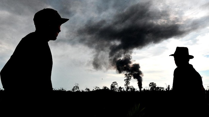 Sumur minyak ilegal di kawasan Batanghari, Jambi, terbakar. Kepulan asap tampak terlihat keluar dari sumut minyak ilegal tersebut.