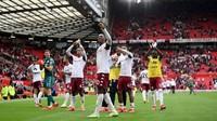 Fans Aston Villa Ejek Kekalahan MU dengan Selebrasi Ronaldo