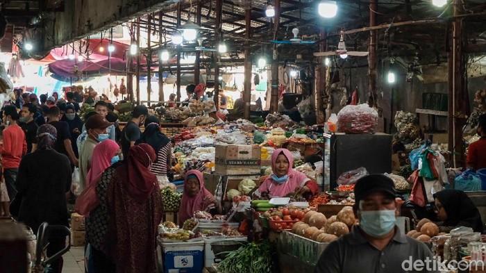 Pasar Kebayoran Lama tetap bergeliat di masa PPKM level 3 DKI Jakarta. Di akhir pekan, warga menyerbu pasar tersebut untuk membeli berbagai kebutuhan.