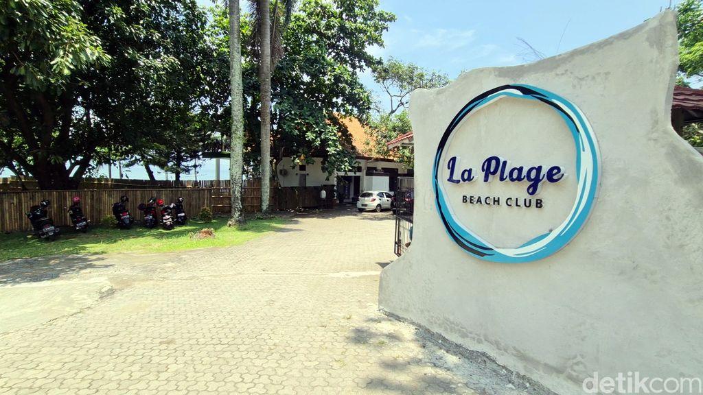 La Plage Beach Club bisa jadi destinasi wisata alternatif saat kunjungi Pelabuhanratu. Beach club ini sajikan pemandangan pantai yang aestetik dan instagramble.