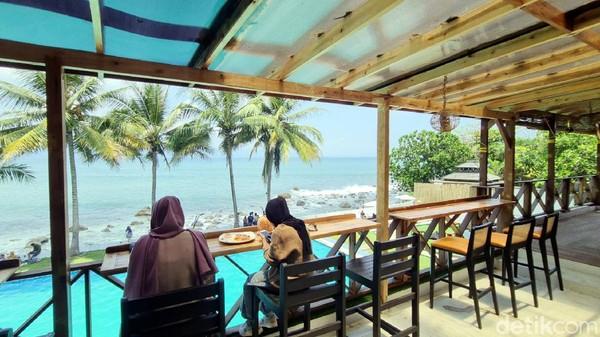 General manager La Plage Sep Radi Priadika mengatakan beach club ini dilengkapi dengan berbagai fasilitas menarik untuk pengunjung. Mulai dari kolam renang, laying bed, bean bag, bar, hingga area bermain bilyar.
