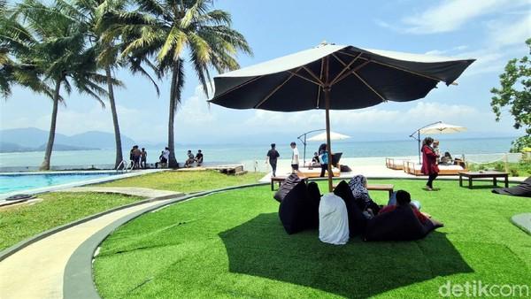 Yang tak kalah menarik, beach club ini menyajikan pemandangan pantai langsung yang memperlihatkan teluk Pelabuhanratu.