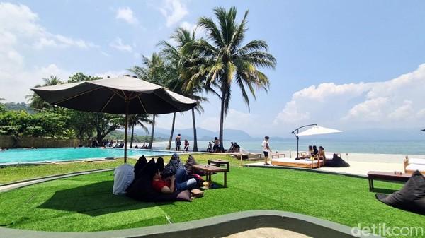 Bosan dengan panorama keindahan pantai yang itu-itu saja? Beach club yang ada di Jalan Raya Palabuhanratu-Cisolok, Kabupaten Sukabumi, ini bisa jadi destinasi wisata alternatif saat berkunjung ke Pelabuhanratu.
