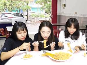 Cicip Mie Celor, 4 Cewek Korea Ini Sebut Mirip Tampilannya Mirip Rose Pasta