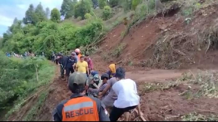 Evakuasi mahasiswa yang terjebak tanah longsor di Luwu