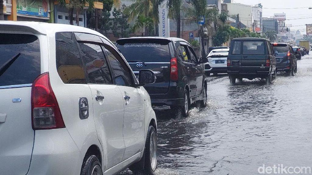 30 Menit Diguyur Hujan, Jalan Sudirman Bandung Tergenang Air