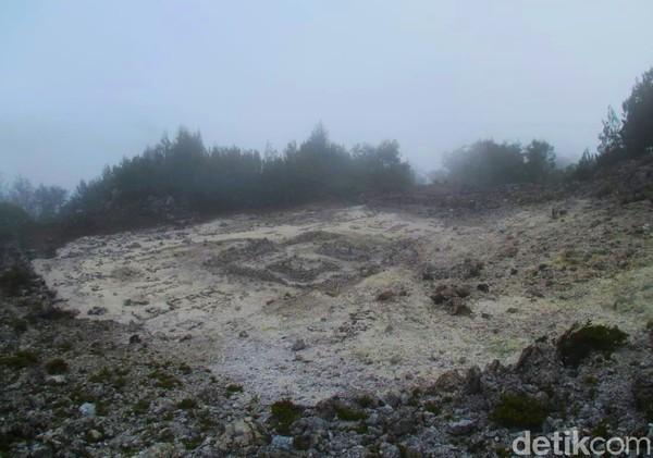 Puncak ini terdapat batuan bekas reruntuhan keraton. Konon, tempat ini merupakan bekas keraton peninggalan Dewi Rengganis.(Chuk Shatu W/detikcom)