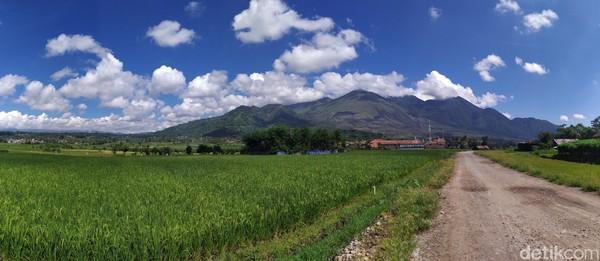 Gunung Guntur terletak di Kecamatan Tarogong Kaler, Kabupaten Garut.(Hakim Ghani/detikcom)
