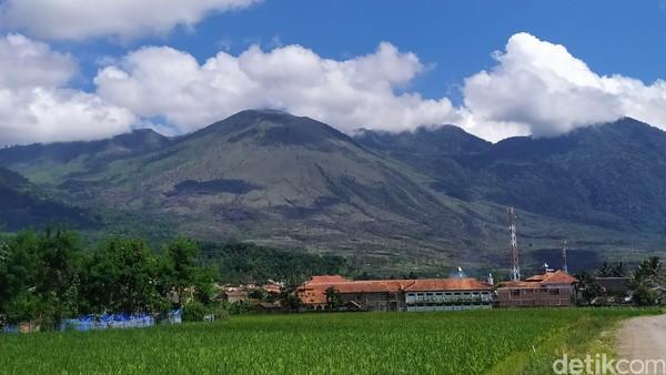 Saat matahari bersinar terang, bagian puncak gunung terlihat berlubang bekas letusan.(Hakim Ghani/detikcom)