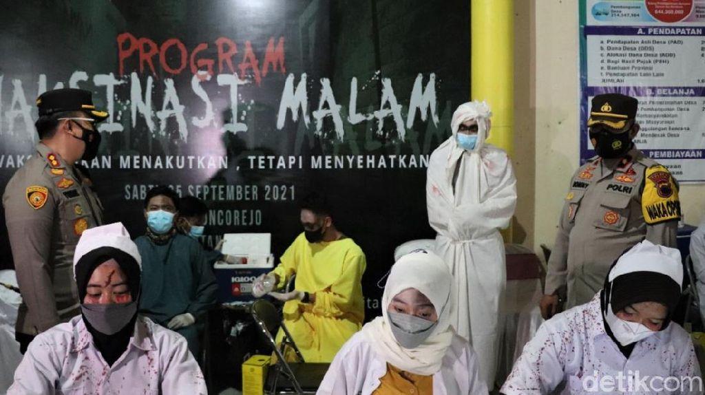Uji Nyali! Vaksin COVID-19 di Tempat Ini Ditunggui Pocong-Suster Ngesot