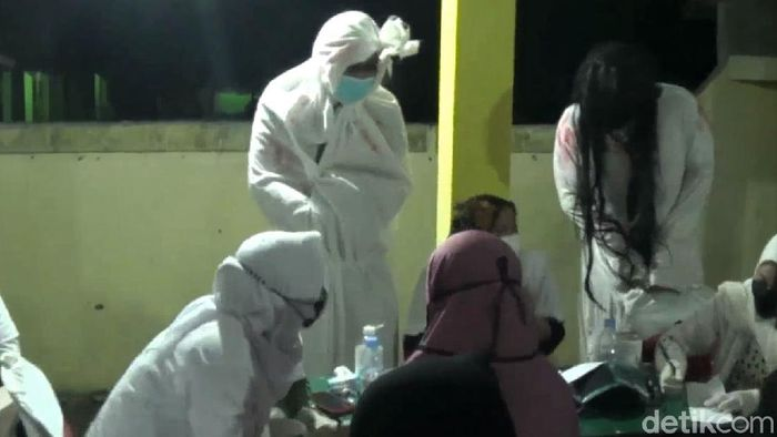 Kegiatan vaksinasi COVID-19 di Kendal digelar dengan tema horor. Digelar malam hari, program vaksinasi itu turut jadi ajang uji nyali. Penasaran?