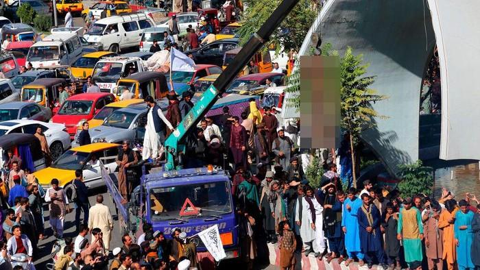Taliban menggantung mayat yang disebut sebagai pelaku penculikan di Kota Herat, Afghanistan. Aksi itu sontak bikin geger warga di negara tersebut.